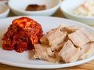韓国の茹で豚「ポッサム」。茹でることで余分な脂が落ち、ヘルシーな豚肉料理です。あっさりしているポッサムキムチと一緒に食べると、さらに美味しさアップ。