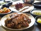 「チョッパル(豚足)」はぷるぷるゼラチン質の皮部分も一緒にいただきましょう。美肌グルメとして韓国女子に好まれる一品です。