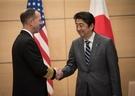 17日、ジョン・リチャードソン米国海軍参謀総長(左)が安倍晋三首相と会って握手をしている。(写真=米海軍)