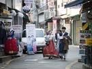 西村にも韓屋(ハノッ)を含む昔ながらの路地が残っており、北村(プッチョン)韓屋マウルと同様、韓屋保存地域に指定されています。韓服で写真を撮っても絵になる、風情のある街並みです。