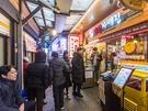 東大門(トンデムン)エリアの有名市場「広蔵(クァンジャン)市場」には、「ユッケ」の人気店が集まる「ユッケ通り」が。連日、美味しいユッケを食べるために、多くの人が訪れます。