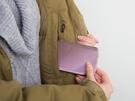 対策としては、内ポケットに入れて人肌であたためる、または、極力室内でスマホを使うようにすることが考えられます。温度が上がるにつれて、バッテリー残量は回復するでしょう。ただ、カイロで温めるのは結露の原因になるのでNGです。