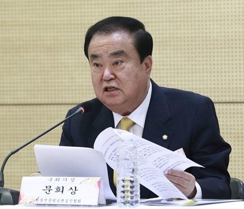文喜相国会議長が8日午前、ソウル市中区巡和洞(チュング・スンファドン)ワールドカルチャーオープンコリアで開かれた韓国新聞放送編集者討論会で挨拶を述べている。