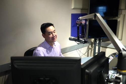 アンドリュー・パク弁護士が自身のラジオ番組を進行している。(写真=ニューヨーク中央日報)