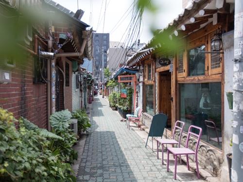 おしゃれな韓屋(ハノッ)カフェ、雑貨店が並ぶレトロな雰囲気の益善洞(イクソンドン)。