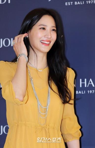 13日午後、ソウル盤浦区新世界デパート江南店で行われたジュエリーブランドの売り場オープン記念のフォトコールイベントに登場した女優スヒョン