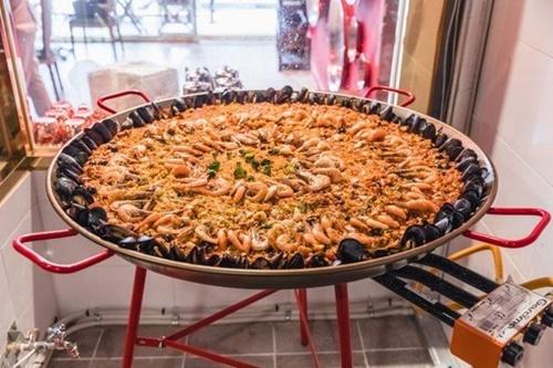 スペイン料理パエリア。(中央フォト)