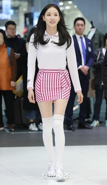 28日午後、ソウル永登浦区新道林洞の現代百貨店D-CUBE CITY店で開かれたゴルフウェアブランド「SNOOPY GOLF」ファンサイン会のフォトタイムに登場した女優のイ・ダヒ。