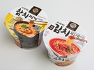 韓国コンビニ「GS25」の人気商品として、2014年に販売開始して以来、トップクラスの売り上げを守り続けているのが「オモリ キムチチゲラーメン(1,500ウォン、写真右)」。ツナが入った「オモリ チャムチチゲラーメン(1,700ウォン)」も出ています。