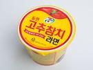実際のツナ缶をモチーフにしたパッケージが目を引くインスタント麺は韓国「セブンイレブン」の人気商品(2,200ウォン)。ご飯と一緒に食べても美味しいのだとか。