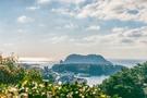 西帰浦・作家の散歩道から見える蚊島(ムンソム)(写真=韓国観光公社)