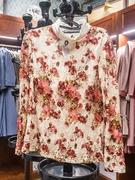 女性は、ワンピース、ツーピース(ブラウスとスカート)、生活韓服(センファルハンボッ)の3種類から選択可能。柄はモノトーンや花柄があり、カラーバリエーションも豊富です。