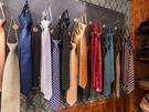 カラフルなネクタイでアクセントをプラスしたら、レトロ感が増しそうです。
