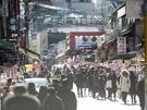 3月から新学期が始まる韓国では、今は春休み。弘大のメインストリートは平日でも大勢の若者たちで賑わいを見せています。