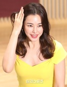 女優イ・ハヌィ、視線を集中させる春スマイル