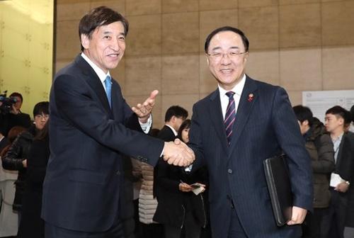 韓国の洪楠基(ホン・ナムギ)経済副首相(右)と李柱烈(イ・ジェヨル)韓国銀行総裁。