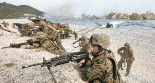 昨年、浦項市北区松羅面の海岸で実施された、韓米海兵8000人が参加した大規模な上陸訓練。(中央フォト)