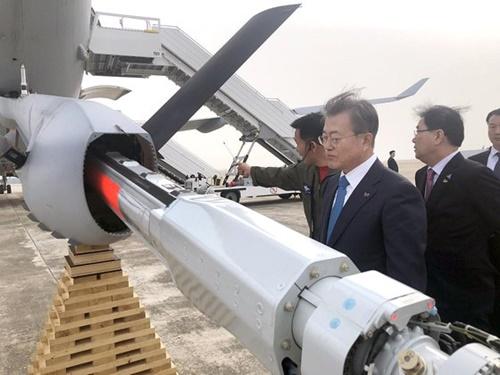 文在寅大統領は5日午後、海軍の任官式を終えて帰路の途中で金海空港に立ち寄り、大韓民国最初の空中給油機であるKC-330「シグナス」を視察している。(写真提供=青瓦台)