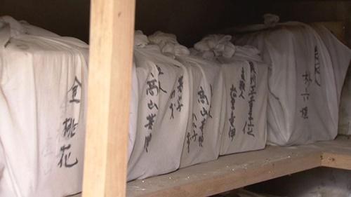 納骨堂内部に安置されている遺骨箱。白い布の上に朴OO、金OOなど朝鮮人の名前が記されている。