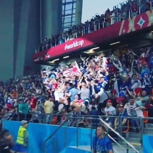 昨年6月25日、ロシアW杯の日本-セネガル戦の観客席で、旭日旗を持って応援する日本の応援団。