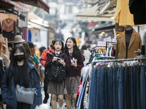 梨大の名前の由来となっている梨花女子大学校は、女子高生の憧れ。数年後は大学生として同じ場所を歩いているかも?