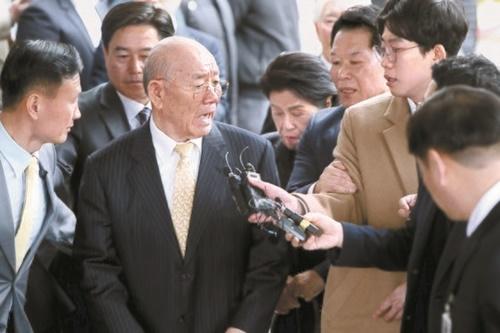11日午後、光州地方法院で記者の質問にコメントしている全斗煥元大統領。