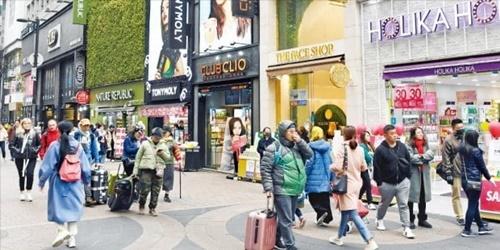 中国のTHAAD報復が2年にわたり続きソウルの明洞や南大門など外国人旅行客が集まる地域では中国人団体観光客を見つけるのが難しかった。12日の明洞の化粧品ロードショップはお客がほとんどおらず閑散としている。