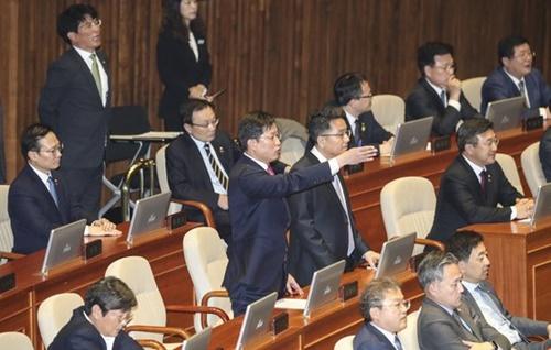 韓国野党「自由韓国党」の羅卿ウォン院内代表の交渉団体代表演説が12日午前、国会本会議場で開かれた。民主党議員が席から立って羅院内代表の謝罪を要求している。