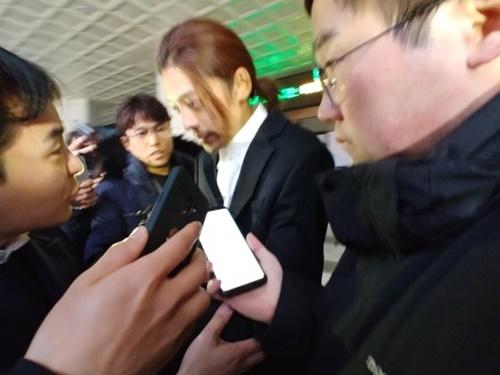 性関係動画の違法撮影・流布で物議をかもしている歌手チョン・ジュニョンさんが15日午前、ソウル地方警察庁での取り調べを終えて帰宅している。