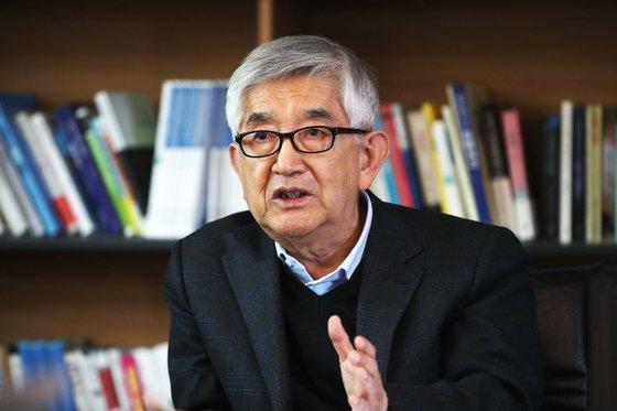 11日、ソウル中央日報本社で崔章集(チェ・ジャンジブ)高麗大名誉教授が対談している。