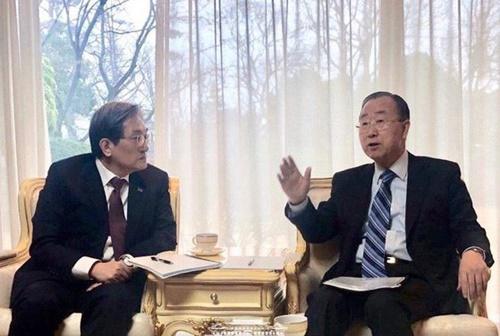 潘基文前国連事務総長(右)が「粒子状物質解決のための汎社会的機構」委員長職を受諾したと青瓦台が17日、明らかにした。写真は今月16日に会った潘氏と盧英敏(ノ・ヨンミン)大統領秘書室長。(写真=青瓦台)