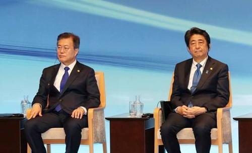 韓国の文在寅大統領と安倍晋三首相が2018年に東京で開かれた行事に参加したときの様子。(写真=青瓦台写真記者団)