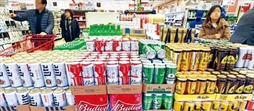 昨年ビール輸入額が3億ドルを突破するなど輸入ビールの人気が続いている。ソウル市内のある大型マートに輸入ビールが積まれている。740ミリリットル缶バドワイザービールが3本で9000ウォン(約900円)で販売されている。