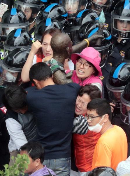 昨年5月31日、市民団体の反発の中、釜山東区庁関係者がフォークリフトとトラックを使って釜山日本総領事館近くの歩道の前に設置されていた強制徴用労働者像の行政代執行(強制撤去)をしている。