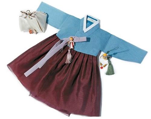 セットの韓服ではなく上衣と下衣の色を好きなように組み合わせられる好好堂の韓服。既製服のように売り場に立ち寄り、その場で購入できる。