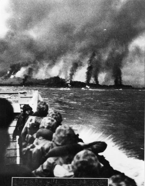 1950年9月15日、国連軍と共に仁川上陸作戦に投入された韓国海兵隊員が艦砲射撃で煙に包まれた仁川海岸を見つめている。(写真=中央フォト)