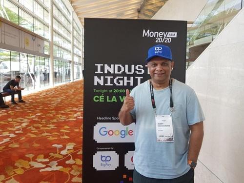 19日、シンガポールのマリーナベイサンズで開かれたフィンテック行事「Money20/20 Asia(マネー2020アジア)」で会ったエアアジアのトニー・フェルナンデス会長。
