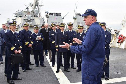 米沿岸警備隊の警備艦「バーソルフ」の艦長ジョン・ドリスコット大佐が2月、横須賀で艦艇を訪問した海上保安官と対話している。(写真=沿岸警備隊)