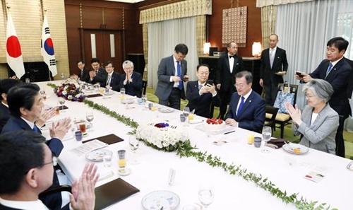 文在寅大統領が就任1周年を翌日に控えた昨年5月9日、東京首相官邸で開かれた韓日首脳会談の昼食会で安倍晋三首相からサプライズでケーキをプレゼントされた。(写真=青瓦台写真記者団)