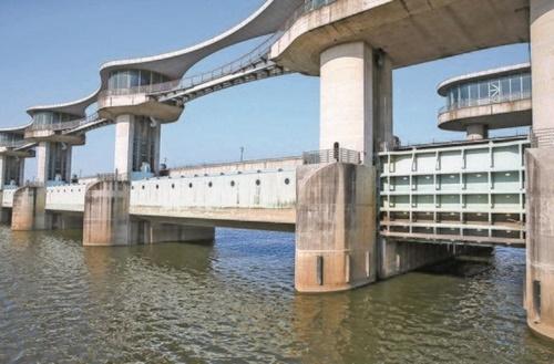 全羅南道羅州市多侍面(チョルラナムド・ナジュシ・タシミョン)に位置する栄山江の竹山ポ。環境部は竹山ポに対して解体方案を提示した。