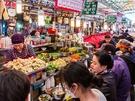 地元韓国人から観光客まで、たくさんの人で賑わう在来市場「広蔵(クァンジャン)市場」では、市場グルメがずらっと並ぶ「うまいもん通り」が評判です。