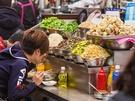 お店のアジュンマ(おばちゃん)が、ナムルと春の新鮮野菜をたっぷりとよそってくれるビビンバ。5,000ウォン前後とリーズナブルな市場価格が魅力です。