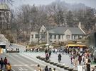 韓国の新学期は3月から。学生街として有名な梨大(イデ)は賑わいを見せています。