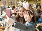 カチューシャをつけて遊ぶのもテーマパークの醍醐味の1つ。防弾少年団(BTS)が撮影で訪れた際に着用したウサギのカチューシャ(写真右)は、ファンの間で話題になっています。