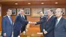 日本を訪問した全経連の許昌秀(ホ・チャンス)会長(左)が自民党の二階俊博幹事長(右)と握手している。