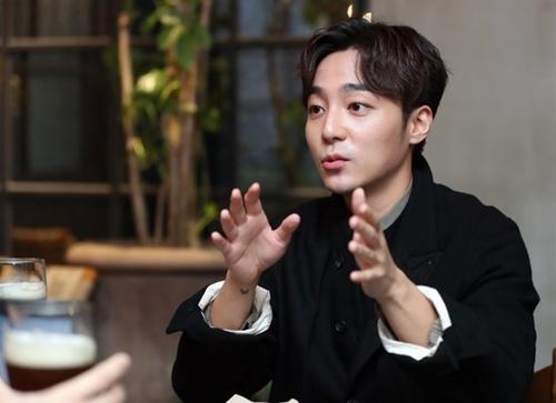 「チョン・ジュニョン事件」のメンバーと明らかになった歌手ロイ・キムさん(写真=韓国ニッカンスポーツ)
