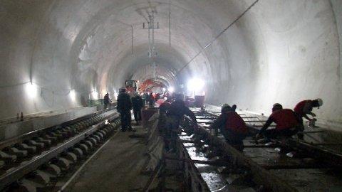 ユルヒョントンネル開通前の最終工事。(中央フォト)
