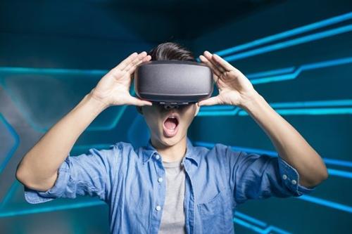一人の男性が5世代(5G)ネットワークを通じてバーチャルリアリティを楽しんでいる。(写真=シャッターストック)