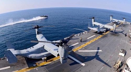 12日午後、浦項沖で行われた連合上陸訓練「双竜訓練」に参加した米海軍の強襲揚陸艦「ボノム・リシャール」(LHD6 4万500トン級)で、垂直離着陸機(MV-22、オスプレイ)が離陸の準備をしている。(写真共同取材団)