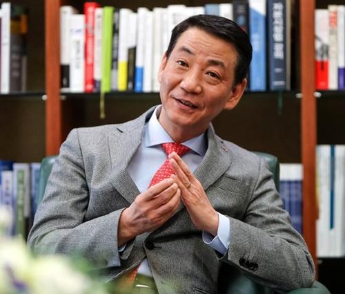 中央日報とインタビューする権永ウォン金融投資協会長。
